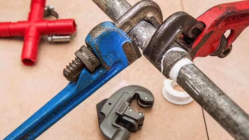 Waarom is het soms hard nodig om een loodgieter te bellen voor problemen in huis?